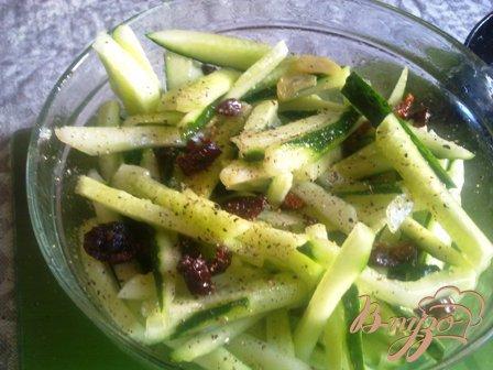 Салат из свежих огурцов с сушеными помидорами