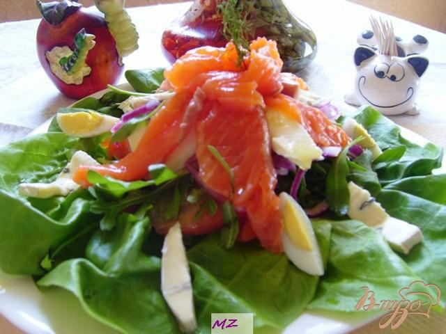 Фото приготовление рецепта: Салат  слоеный с  лососем шаг №7