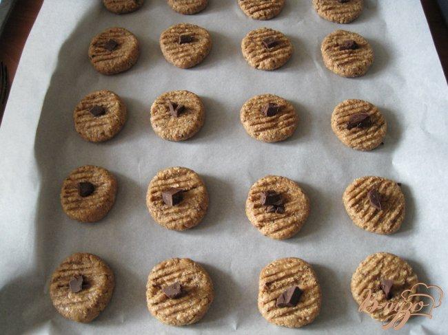 Фото приготовление рецепта: Шоколадно-овсяное печенье шаг №5