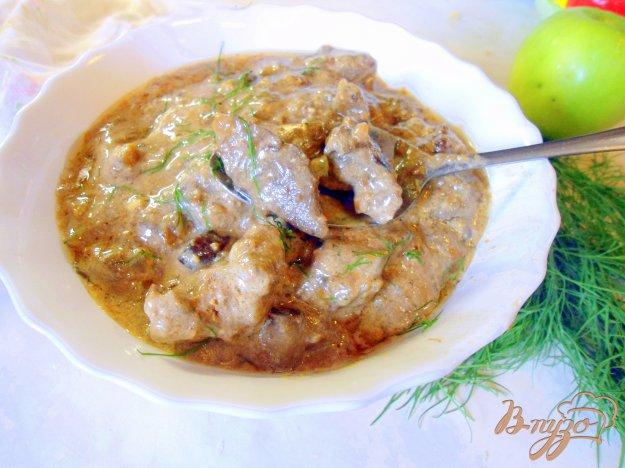 фото рецепта: Печень с грибами и сметаной.