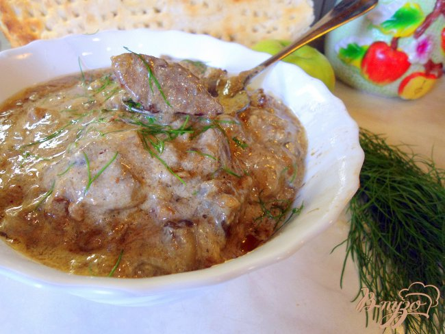 Фото приготовление рецепта: Печень с грибами и сметаной. шаг №7