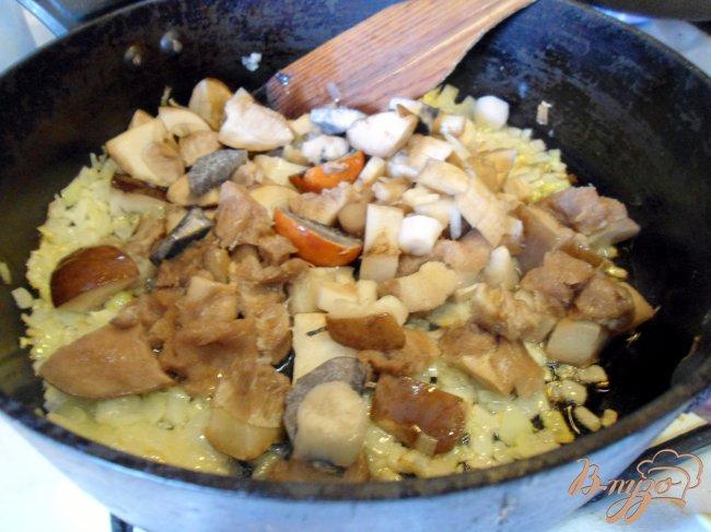 Фото приготовление рецепта: Печень с грибами и сметаной. шаг №2