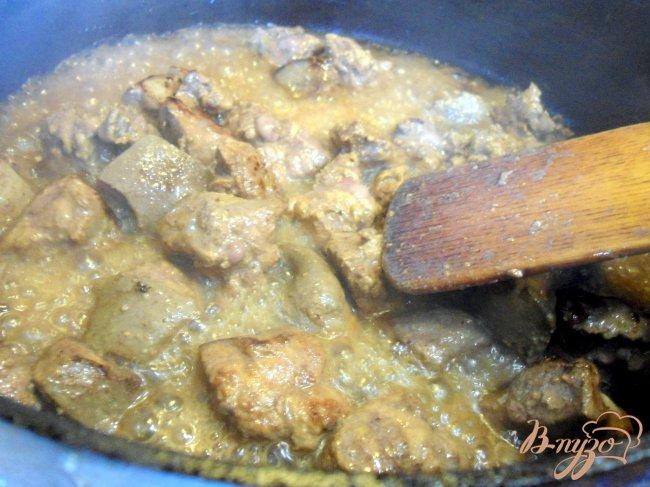 Фото приготовление рецепта: Печень с грибами и сметаной. шаг №4