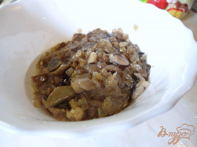 Фото приготовление рецепта: Печень с грибами и сметаной. шаг №3