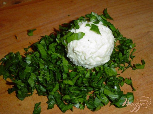 Фото приготовление рецепта: Закусочные шарики из брынзы шаг №3
