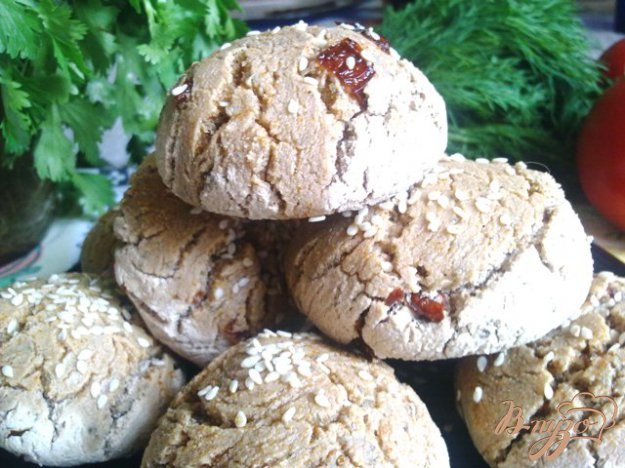 фото рецепта: Булочки с вялеными помидорами на опаре