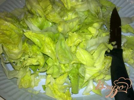 Салат с айсбергом помидорами и тунцом