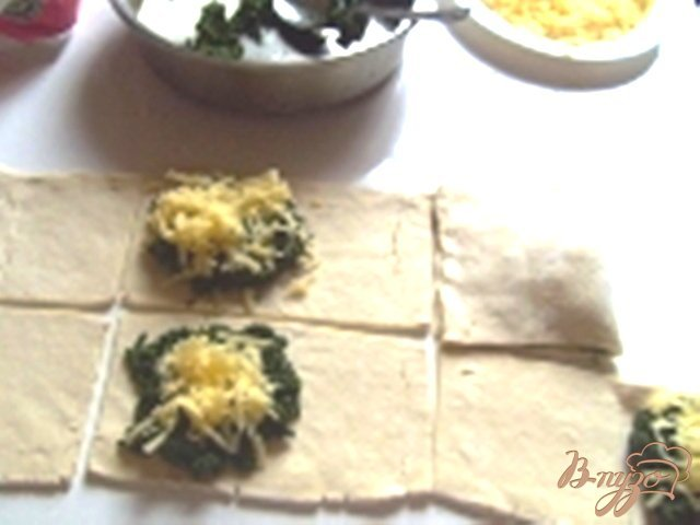 Фото приготовление рецепта: Слоеные пирожки со шпинатом шаг №2
