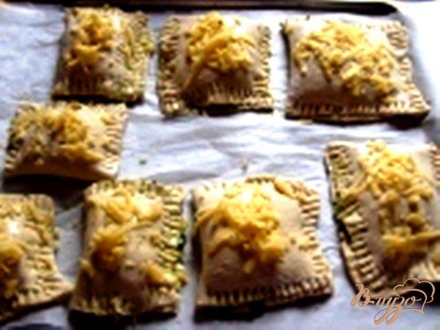 Фото приготовление рецепта: Слоеные пирожки со шпинатом шаг №3