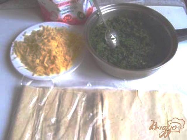 Фото приготовление рецепта: Слоеные пирожки со шпинатом шаг №1