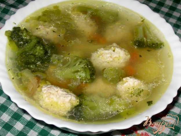 фото рецепта: Суп с куриными кнелями и брокколи