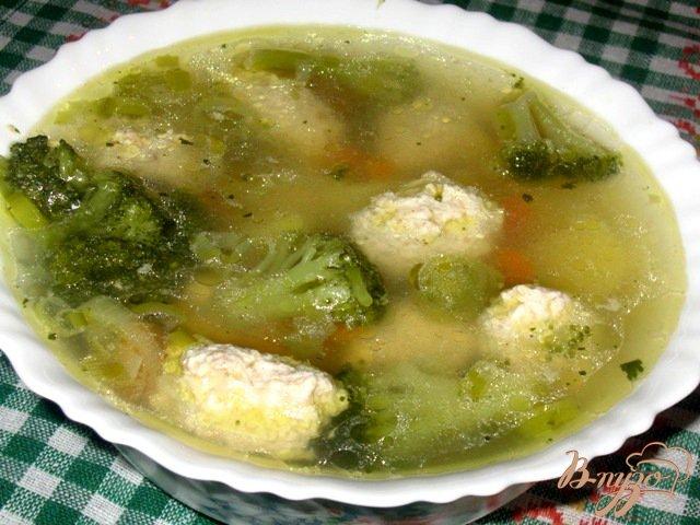 Фото приготовление рецепта: Суп с куриными кнелями и брокколи шаг №8