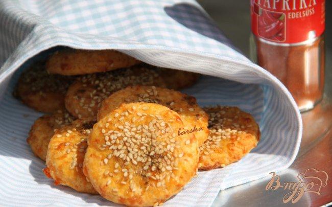 Фото приготовление рецепта: Закусочное сырное печенье с паприкой и приправами шаг №5
