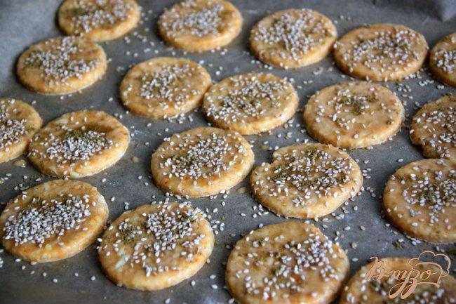Фото приготовление рецепта: Закусочное сырное печенье с паприкой и приправами шаг №4