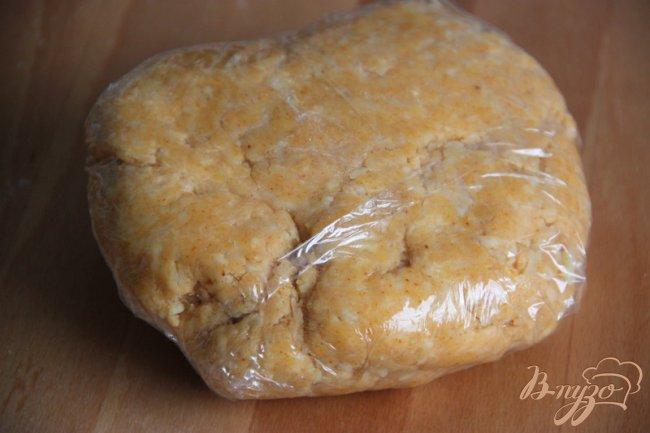 Фото приготовление рецепта: Закусочное сырное печенье с паприкой и приправами шаг №3