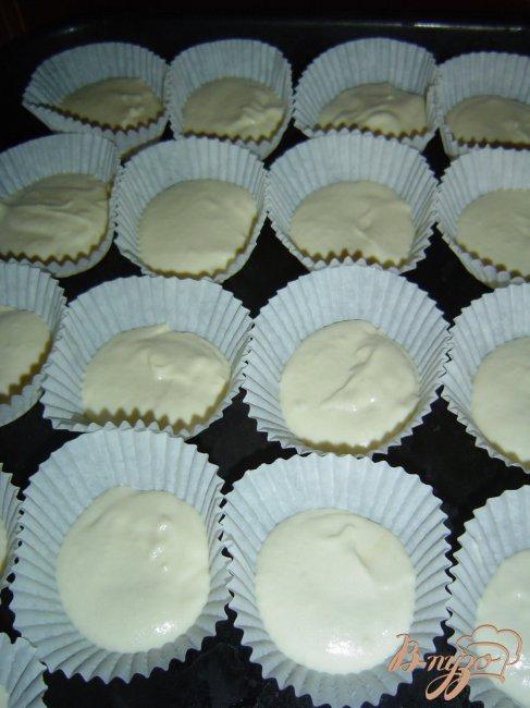 Нужно смазывать бумажные формочки для кексов