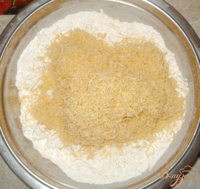 Фото приготовление рецепта: Сырные крекеры шаг №2