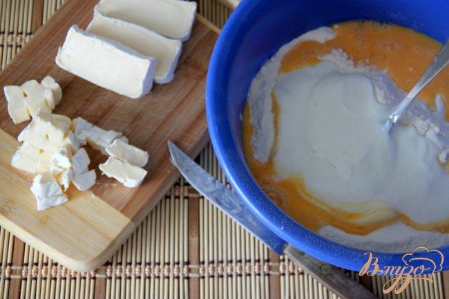 Фото приготовление рецепта: Маффины с клюквой и камамбером шаг №2