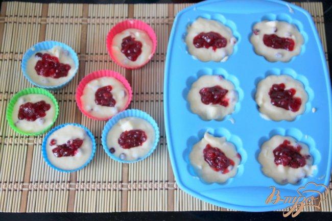 Фото приготовление рецепта: Маффины с клюквой и камамбером шаг №4