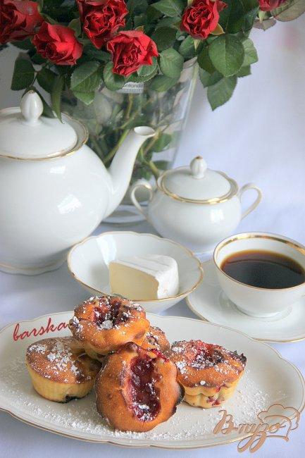 Фото приготовление рецепта: Маффины с клюквой и камамбером шаг №5