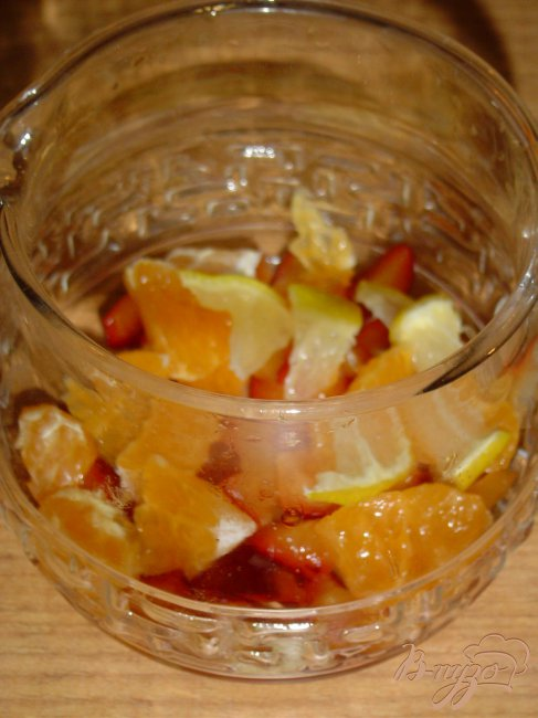 Фото приготовление рецепта: Горячий напиток из слив,мандарина и лимона. шаг №2