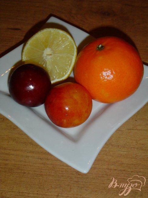 Фото приготовление рецепта: Горячий напиток из слив,мандарина и лимона. шаг №1