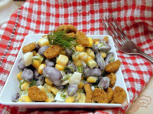 Рецепт Салат с фасолью, кукурузой и сухариками.