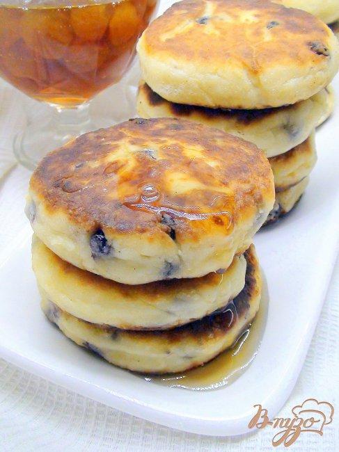 Фото приготовление рецепта: Сырники с черникой. шаг №4