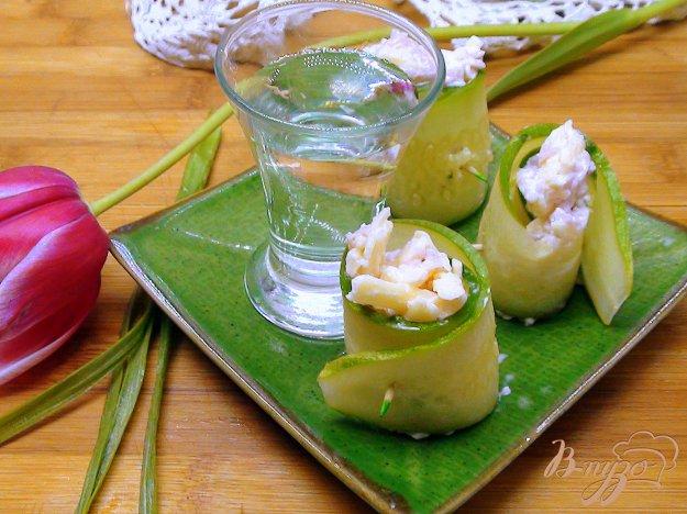 Рецепт Рулетики из огурца с сырным салатом.