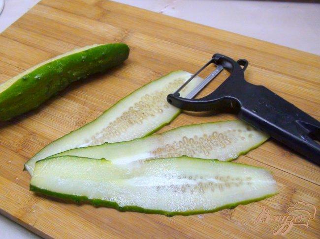 Фото приготовление рецепта: Рулетики из огурца с сырным салатом. шаг №2