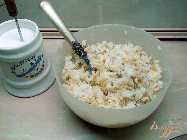 Фото приготовление рецепта: Пирог с рыбой, рисом и жареным луком. шаг №3