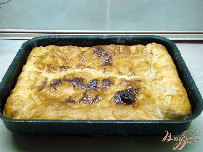 Фото приготовление рецепта: Пирог с рыбой, рисом и жареным луком. шаг №7