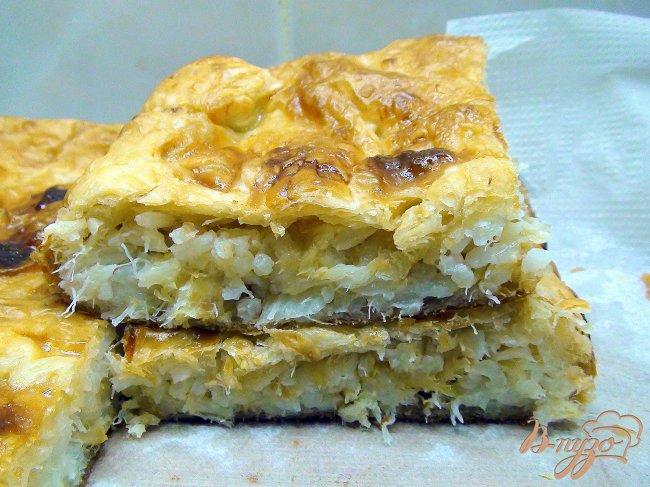 Фото приготовление рецепта: Пирог с рыбой, рисом и жареным луком. шаг №9