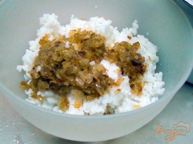 Фото приготовление рецепта: Пирог с рыбой, рисом и жареным луком. шаг №1
