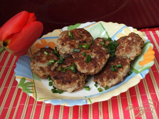 В качестве гарнира можно подавать пюре, макароны или салат из свежих овощей.