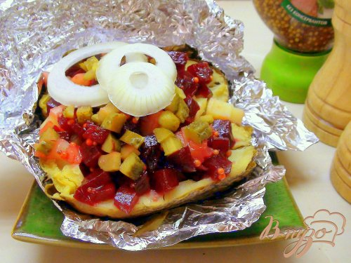 Картофель, запечённый в фольге и поданный с маринованной свеклой.
