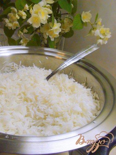 Креветки и рис, приготовленные на пару с жасминовым соусом.