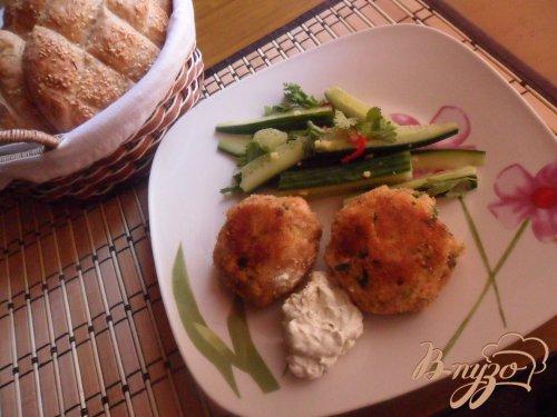 Котлеты из лосося с кремом васаби и салатом из огурцов