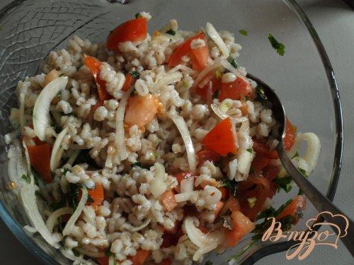 Сытный салат с перловкой и помидорами