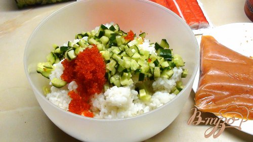 «Роллы» Калифорния (для тех, кто не умеет их «крутить»). Салат с рисом и рыбой.