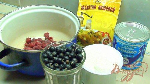 Суфле из садовых ягод со сгущённым молоком.
