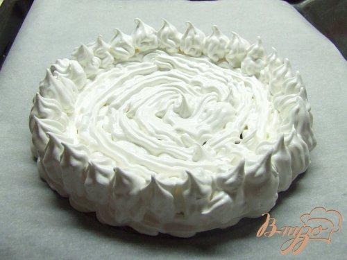 Торт-безе со взбитыми сливками и клубникой.