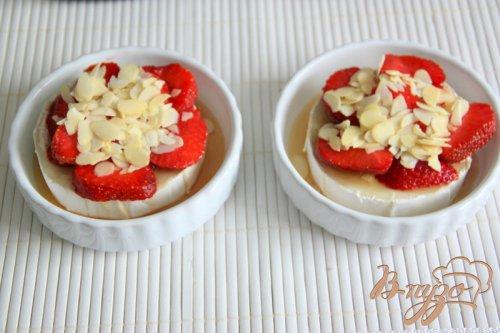Необычный десерт из камембера и клубники