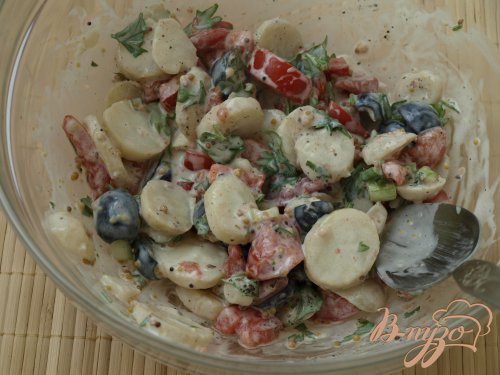 Картофельный салат с помидорами и оливками