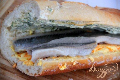 """""""Закусочный"""" багет с сельдью и разноцветным маслом"""