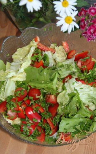 Салат из свежих овощей с острой пармезановой заправкой