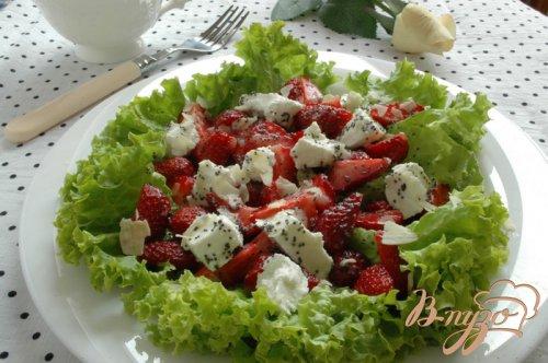 Клубничный салат с маковой заправкой