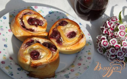Сдобные булочки-улитки с творогом и вишней