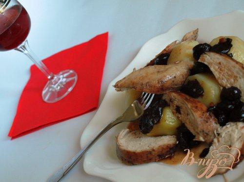 Куриная грудка с вишнями в малиновом соусе