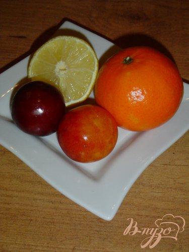 Горячий напиток из слив,мандарина и лимона.